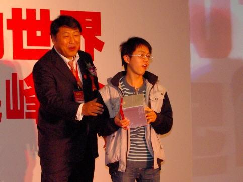CBSi刘小东为网友颁奖